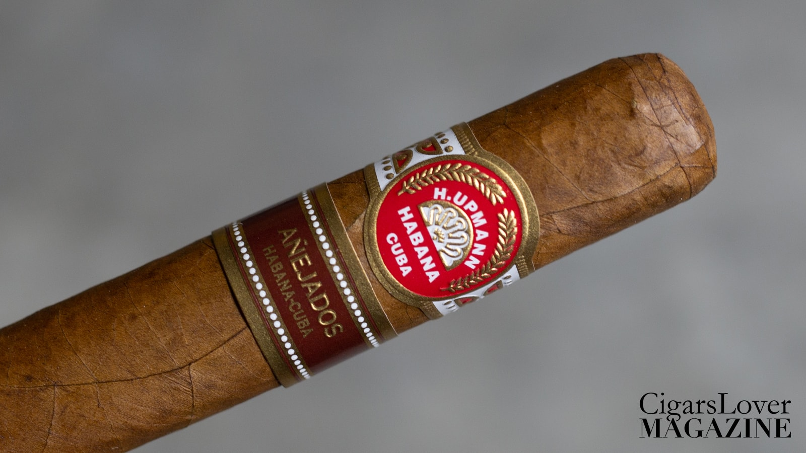 The H. Upmann Anejados Robusto belongs to the Anejados line, launched in 2015. The main characteristic of the Anejados line isthe aging, but not the one of the tobacco leaves (as usually happens) but of the cigars themselves, which are left to rest before being labeled and marketed. This cigars were announce in 2016, but they got to the market at the end of 2017/begin of 2018.